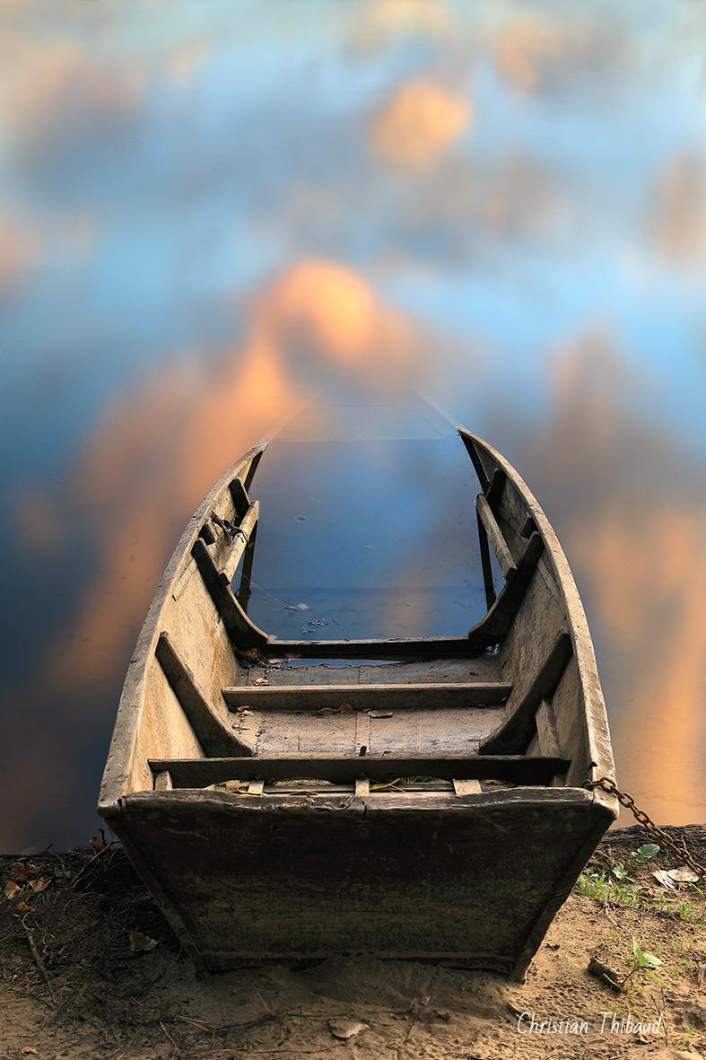 Te laisser m'envahir ... (Gennes) (Aucun trucage-montage. Simplement le reflet du ciel dans l'avant de la barque semi-immergé et l'effet de la pose longue) )